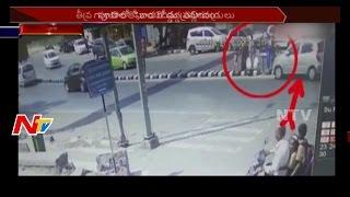 పూణే లో డివైడర్ మీదకి దూసుకెళ్లిన కారు || మూడేళ్ళ చిన్నారి మృతి || NTV - NTVTELUGUHD