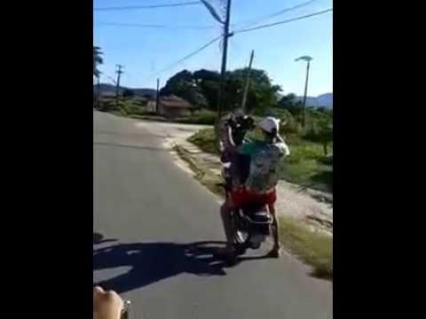 empinando moto 125cc 2014