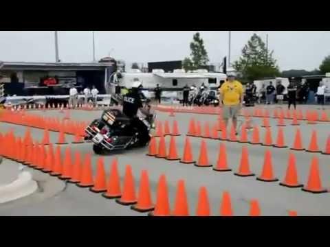 Policial realiza manobras incríveis com moto gigante