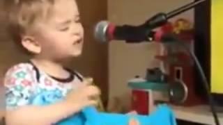 بالفيديو.. طفلة تغني بصوت جميل تشعل مواقع التواصل