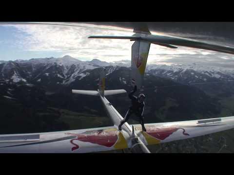 Скайдайвер — акробат: Супер трюки верхом на самолёте…