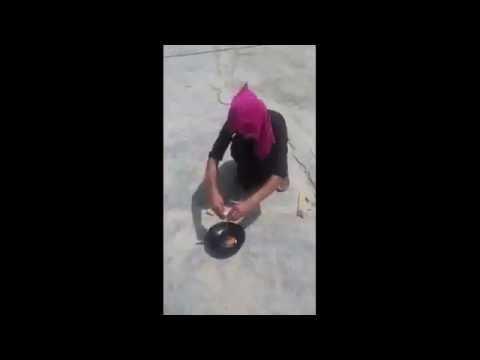 عراقي يقلي البيض على حرارة الشمس ,, Iraqi