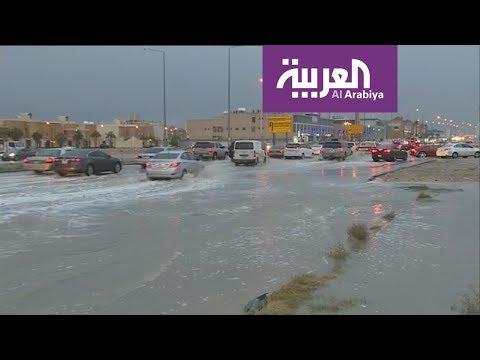 أمطار غزيرة تتسبب بسيول في مناطق بالرياض وجدة
