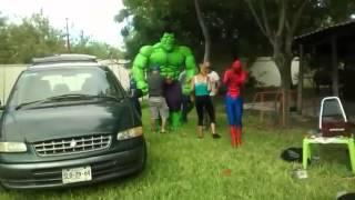 """بالفيديو.. """"الرجل الأخضر"""" يفقد هيبته أمام الرجل العنكبوت"""