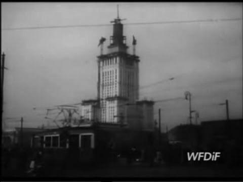 Fragmenty kronik filmowych z lat 1952-54 obejmujących budowę obecnego budynku Pałacu Kultury i Nauki.