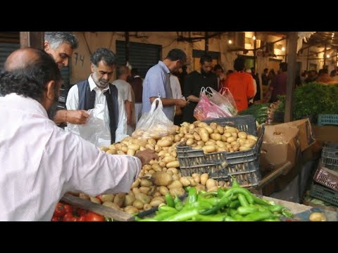 الليبيون يقبلون على التسوق لرمضان رغم الشكوى من ارتفاع الأسعار