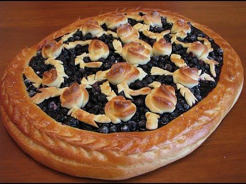 Открытый дрожжевой пирог с черникой