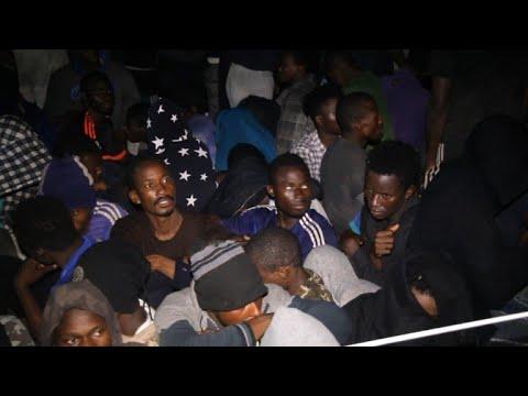 البحرية الليبية تعلن إنقاذ حوالى الف مهاجر في المتوسط خلال ٢٤ ساعة
