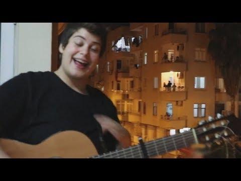 Ferah Zeydan'dan karantinaya özel balkon konseri