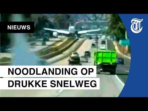 Piloot maakt noodlanding op drukke snelweg