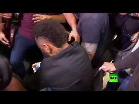 شاهد.. لحظة دخول نيمار إلى قسم الشرطة وهو على كرسي متحرك!