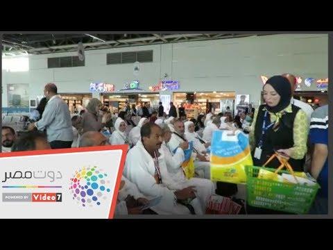 توزيع سبح وإرشادات مناسك الحج على زوار بيت الله الحرام بمطار القاهرة