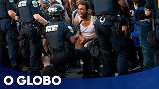 Manifestantes e policiais ficam de joelhos pela paz em protestos nos EUA