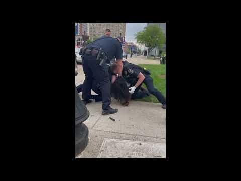 Policía de Louisville le pega a un manifestante en el piso