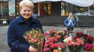 Prezidentė Tarptautinės mokytojų dienos proga renka gėles savo mokytojai