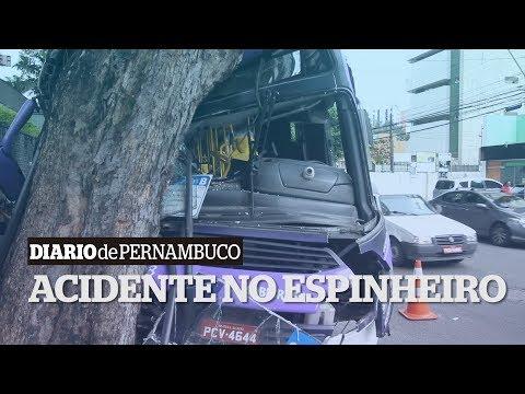 Ônibus atinge árvore e deixa 24 feridos no Espinheiro