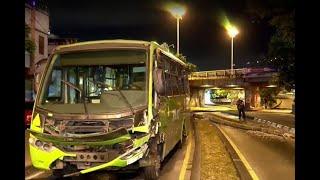 Bus alimentador del MIO derribó poste de alumbrado público en centro de Cali
