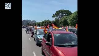 Una gran caravana de coches con banderas de España toma Valencia para protestar contra el gobierno