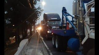 Tráiler varado dificulta tránsito en puente de Cenma