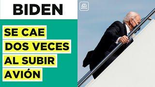 Joe Biden se cae dos veces al subir escalera de avión presidencial