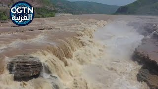 مشهد جوي مذهل لشلال خلال موسم فيضان
