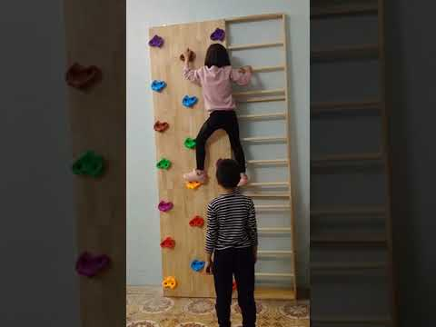 Các bé chơi cùng vách leo núi kết hợp thang