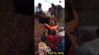 Video: महिला के लिए फरिश्ता बना NDRF का जवान   Viral Video   NDRF   Flood - ZEENEWS