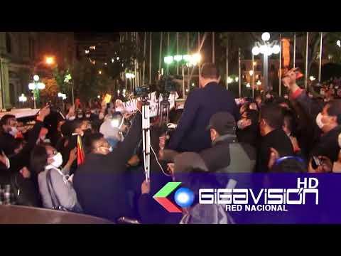 MINISTRO DE GOBIERNO DESPUÉS DE SU INTERPELACIÓN FUE RECIBIDO EN HOMBROS POR SUS SEGUIDORES