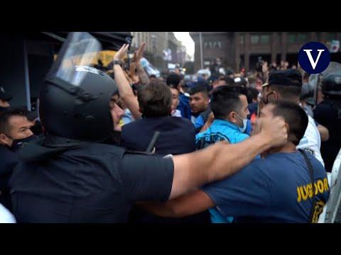 Choque entre policía y aficionados en el exterior de la capilla ardiente de Maradona