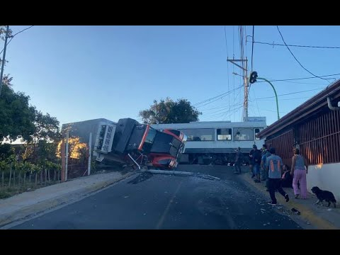 INCOFER suspende servicios por choque entre tren y tráiler en Río Segundo