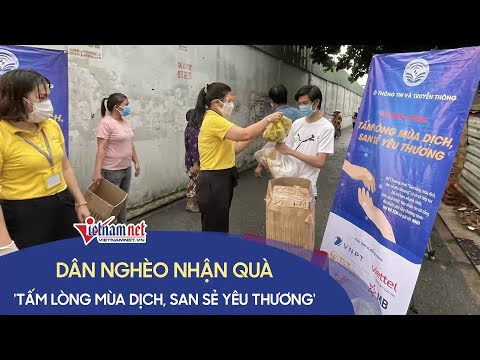 Những người dân nghèo TP. HCM nhận quà từ ngành thông tin truyền thông