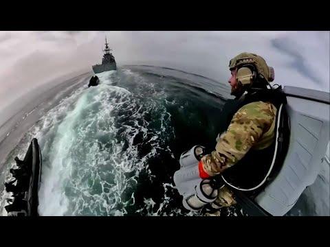 La Marina Real Británica prueba trajes a propulsión en sus entrenamientos militares