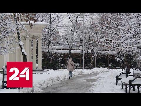 Снегопад в Краснодаре: с улиц даже не успели убрать велосипеды и самокаты