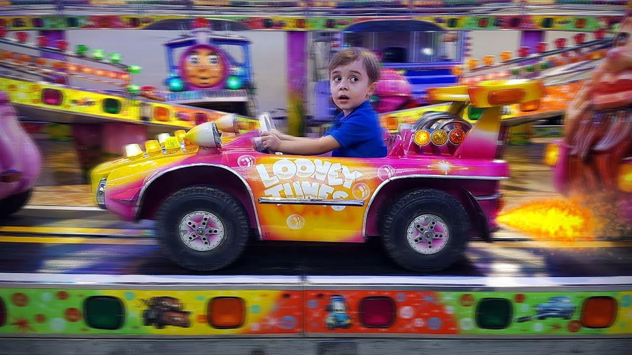 CARRO DO LOONEY TUNES NO PARQUE DE DIVERSÃO!! Playground Toys Amusement Park - Fun for Kids