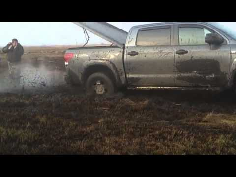 Video: Helpers got mud in the face - Help on the road is not always pleasant