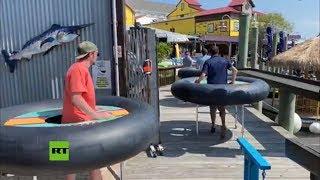 Restaurante utiliza flotadores hinchables para mantener la distancia social entre sus clientes