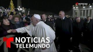 El regaño del Papa Francisco a una mujer que le tiró de la mano   Noticias Telemundo
