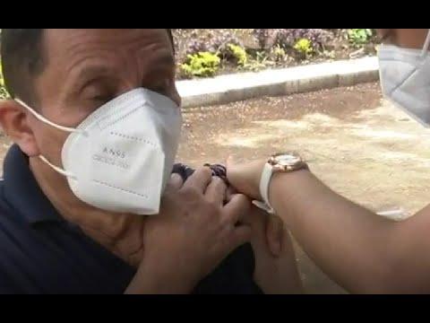 Puesto de vacunación vehicular y peatonal en la USAC