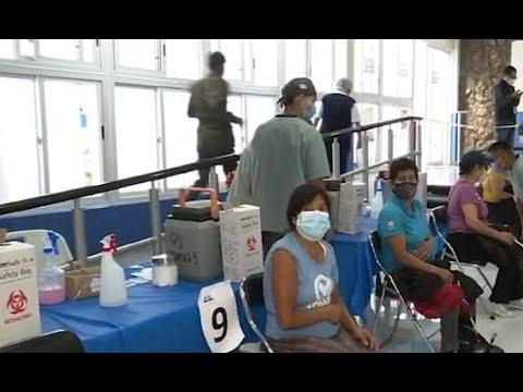 Vacunan contra el COVID-19 a personas mayores de 50 años