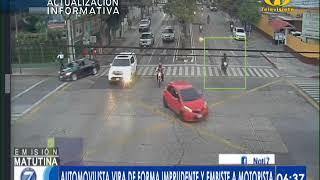 Momento en que vehículo realizan viraje prohibido y embiste a motorista