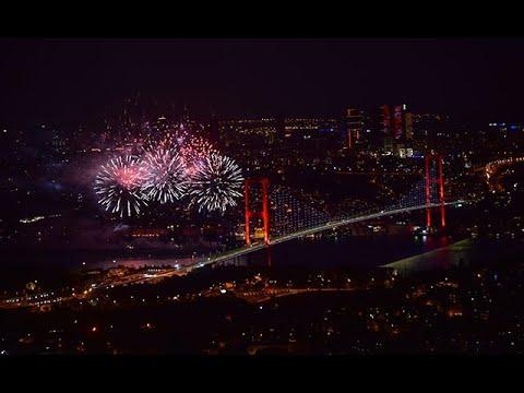 İstanbul Boğazı'nda havai fişekli kutlama