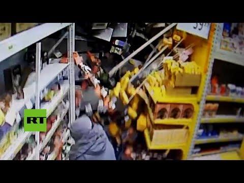 Una grúa choca violentamente contra un supermercado en Rusia