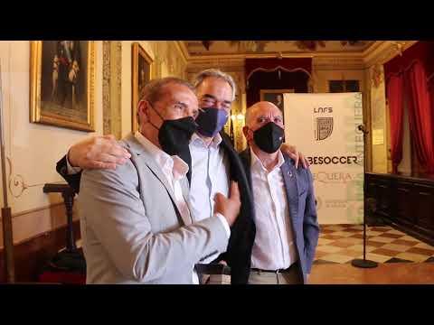HOMENAJE | Javier Lozano entrega la insignia de la LNFS a Moli