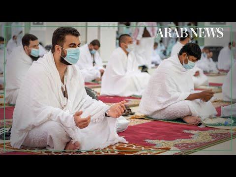 Pilgrims pray at Nimra Mosque on second day of the hajj pilgrimage