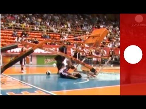 لاعب كرة سلة يحطم مسند السلة