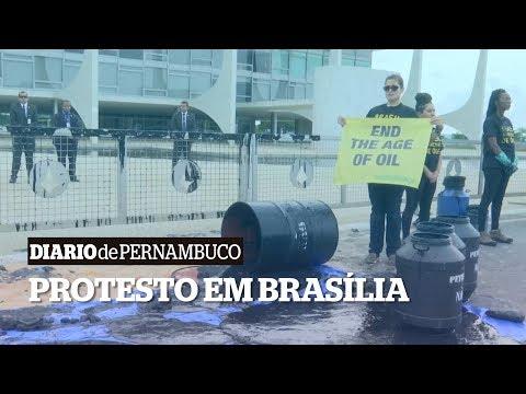 Ativistas protestam em Brasília contra política ambiental de Bolsonaro