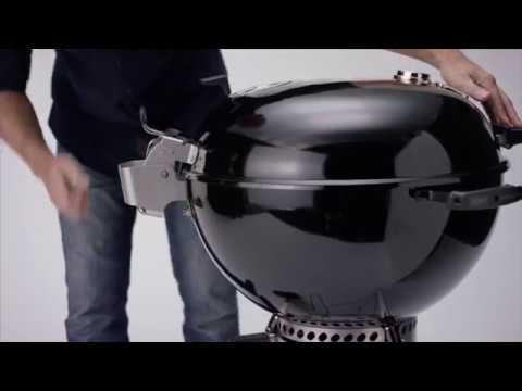 Slik fester du det hengslede lokket til nye Weber® Master-Touch Premium