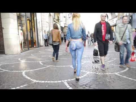 Elle se balade cul nu dans la rue