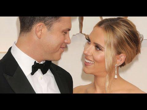 Scarlett Johansson piégée par son mari Colin Jost, il l'asperge en plein discours