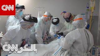 أطباء يحاولون إنقاذ مصاب بكورونا حالته حرجة